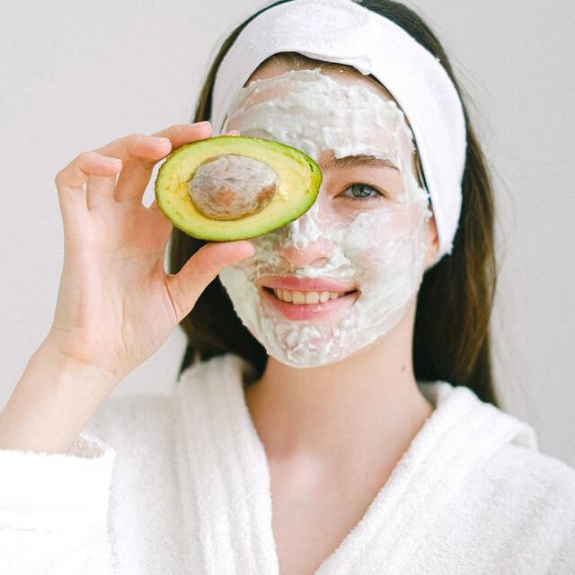 femme avec un masque de beauté bio
