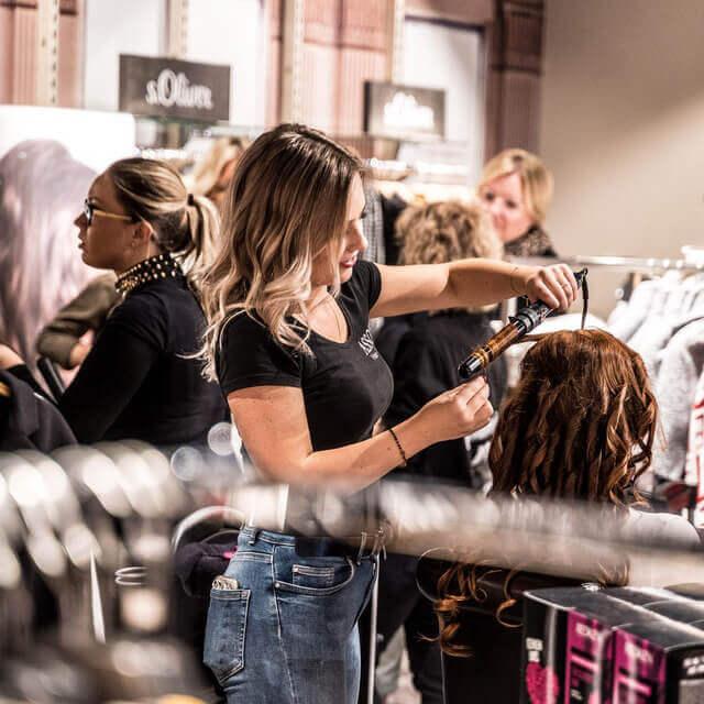 femme en train de se faire coiffer