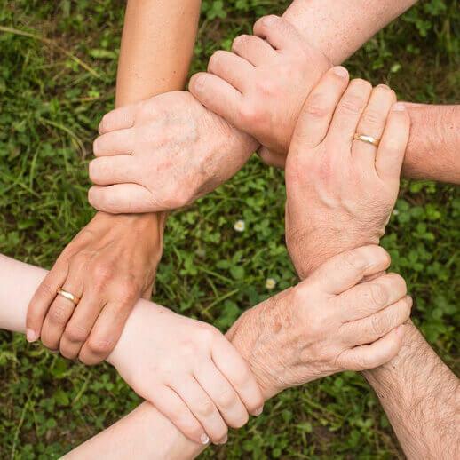 groupe de personnes se tenant la main
