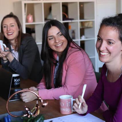 trois femmes souriantes