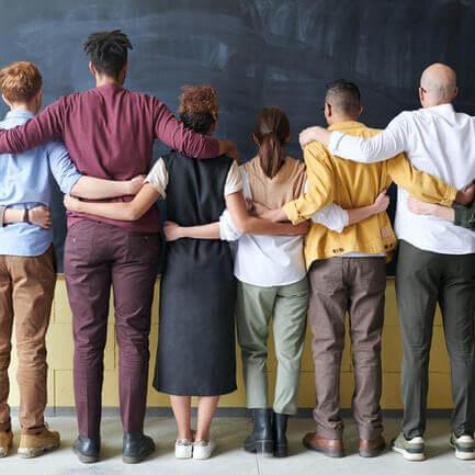 groupe de personnes se tenant par la taille